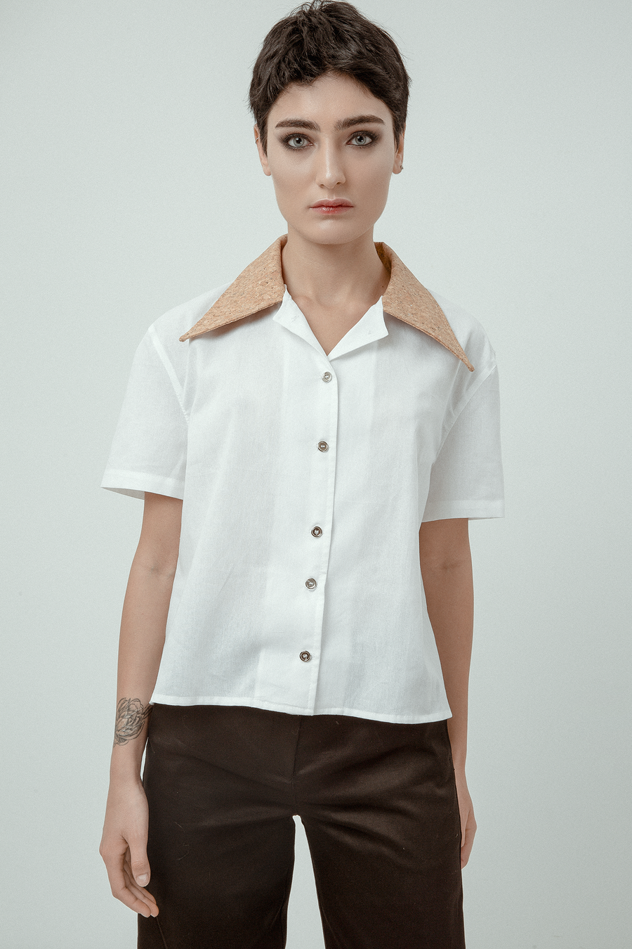 LOT 012 - WHITE SHORT SLEEVES SHIRT WITH CORK COLLAR