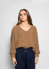 Load image into Gallery viewer, Cropped Cable Knit Jumper