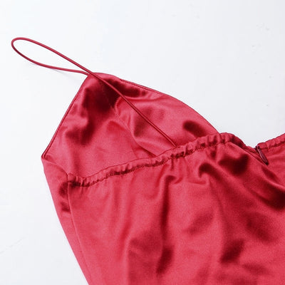Robe Satin Rouge Moulante Fines Bretelles.