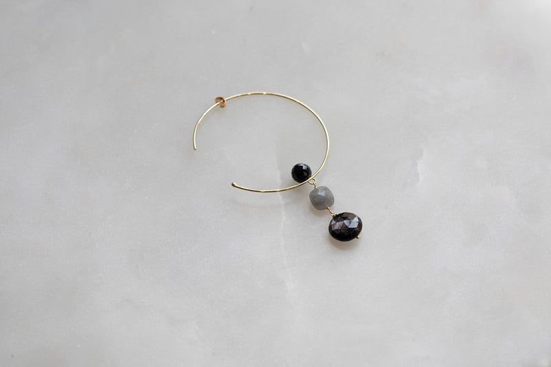 18 CT GOLD HOOP EARRINGS WITH ONYX FLOATING BALL AND TWO DANGLING BEADS