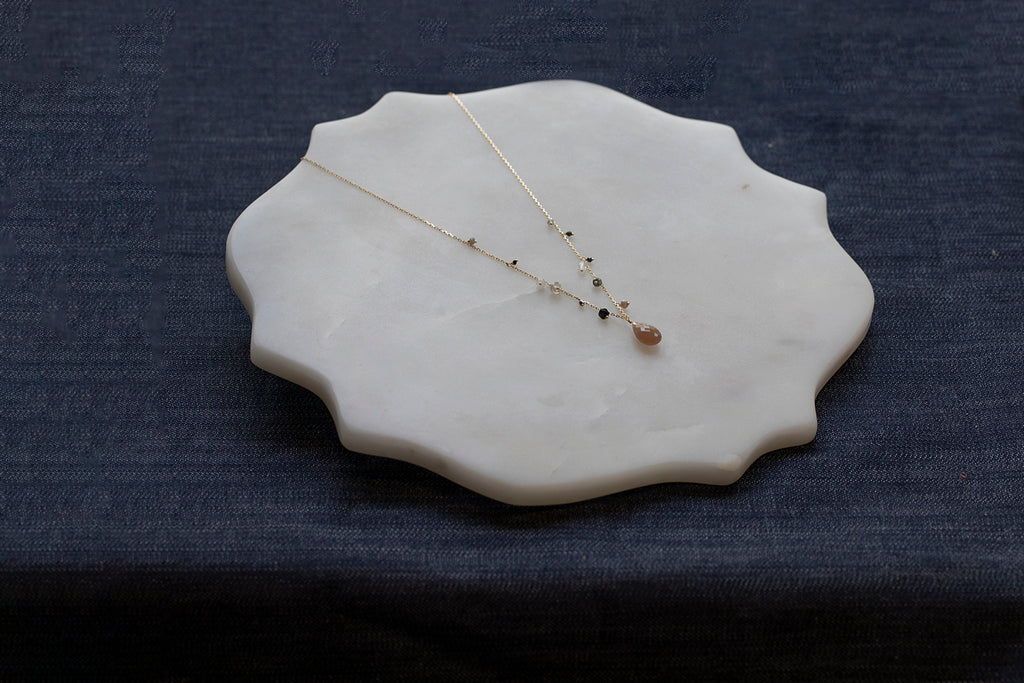 18 CT NECKLACE WITH GREY MOONSTONE TEARDROP