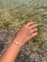 Load image into Gallery viewer, Dainty Pearly Shell bracelet