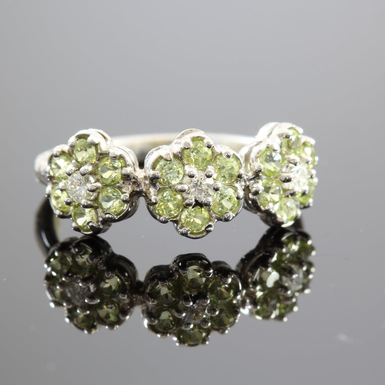18k White Gold 3 Flowers Peridot Ring