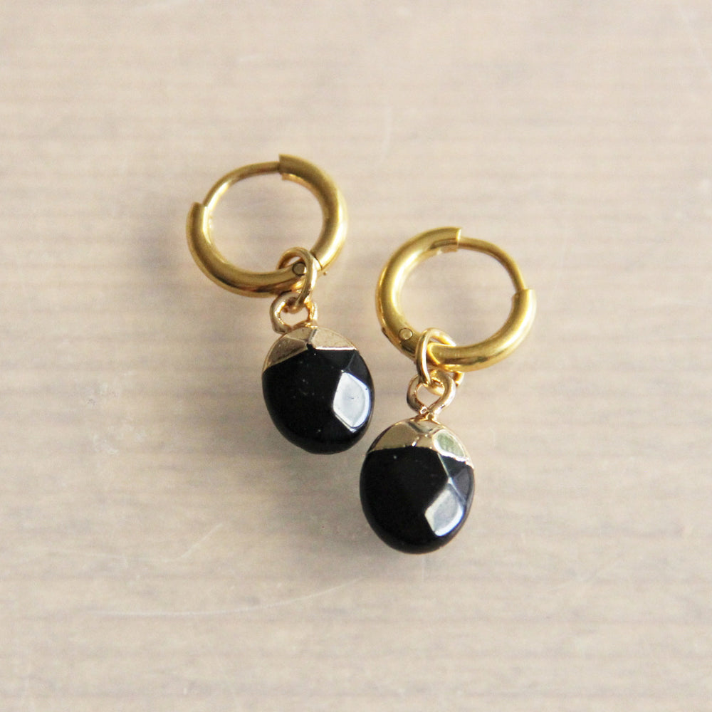 Earrings gold with black pearl