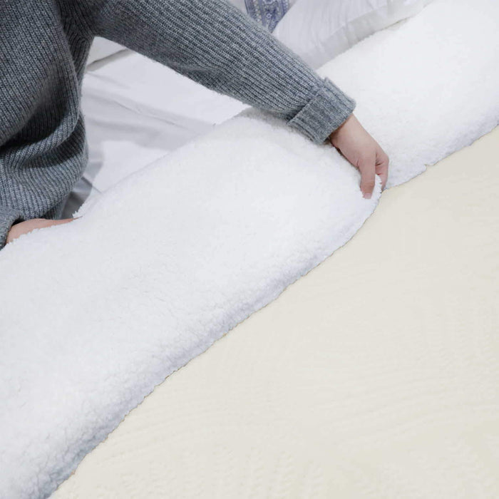 Ultrasoft & Warm Leaf Embossed Sherpa Rasaye/Quilt Off White - Cotton Passion
