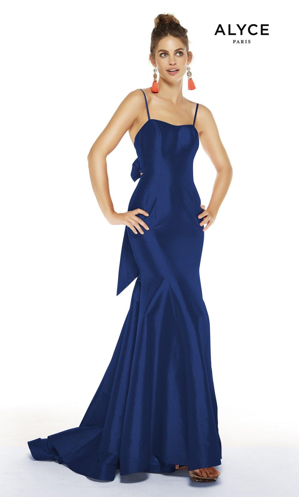 Royal formal dress with a squared neckline