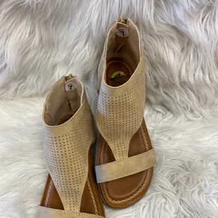 Primary Photo - BRAND:    CLOTHES MENTOR STYLE: SANDALS FLAT COLOR: TAN SIZE: 7 OTHER INFO: BANANA BLUES - SKU: 198-19812-12677