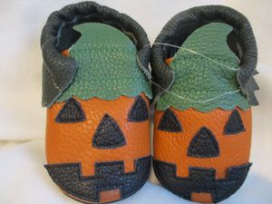 Age/Size: 18-24 Months. Top: Black/Halloween Pumpkin . Sole: Black.