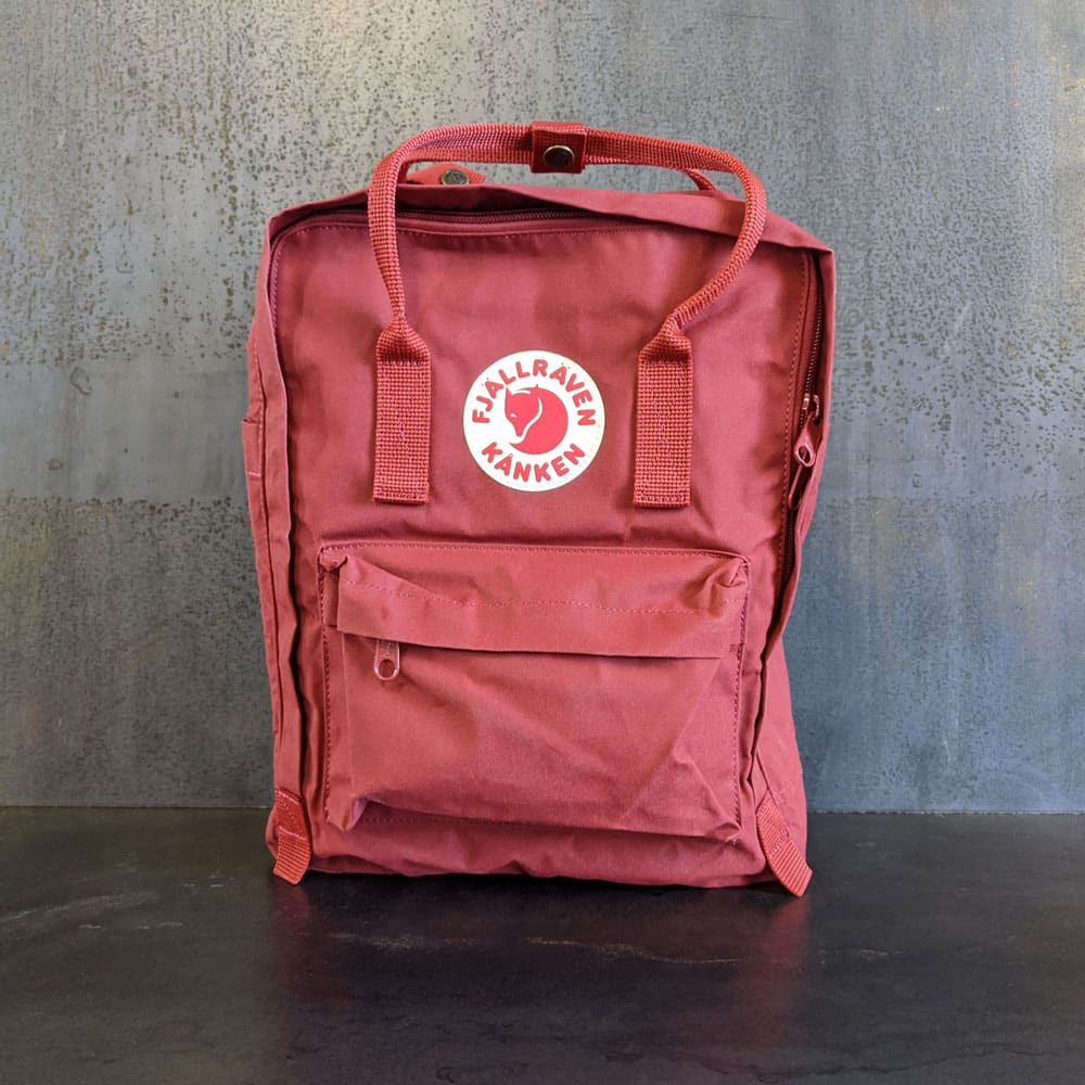 Front view of a red Fjällräven Kånken backpack. Co-branding with Piper & Leaf is on the side