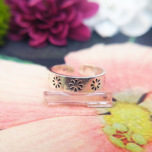 flower design on women's silver toe ring