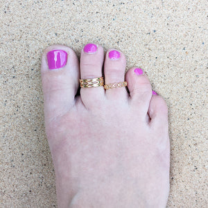 yellow gold toe ring on foot