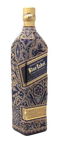 Botella de Blue Label de Johnnie Walker intervenida con chaquira huichol.