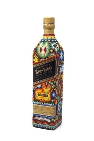 Bottiglia Blue Label decorata con arte Huichol in microsfere con colla speciale, multicolore.
