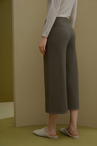 Model wearing NEIWAI's Boundless Twill Knitted Wide Leg Capri Pants in Gunmetal.