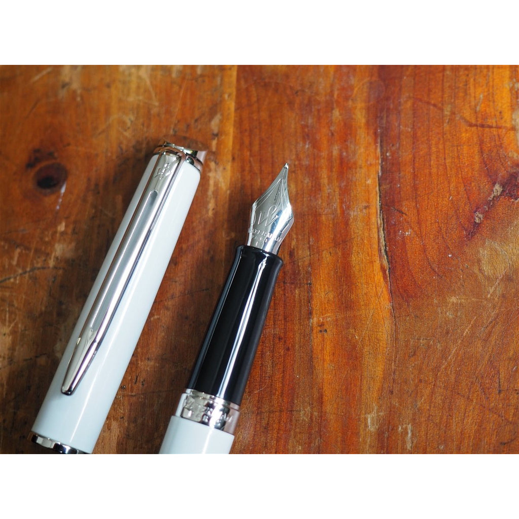 <center>Waterman Hemisphere Fountain Pen - White with Silver Trim</center>