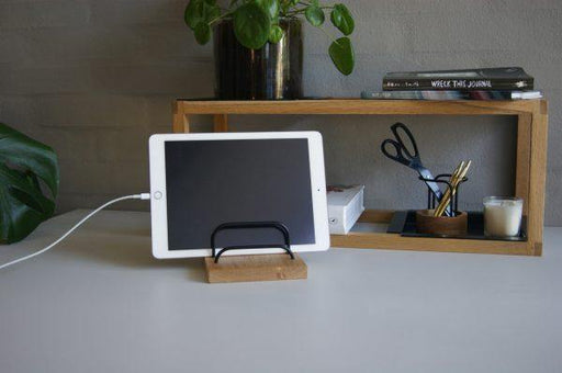 BRASS-DOCK Ipad/Brevholder – Egetræ/Sort | HemmingsenInteriør