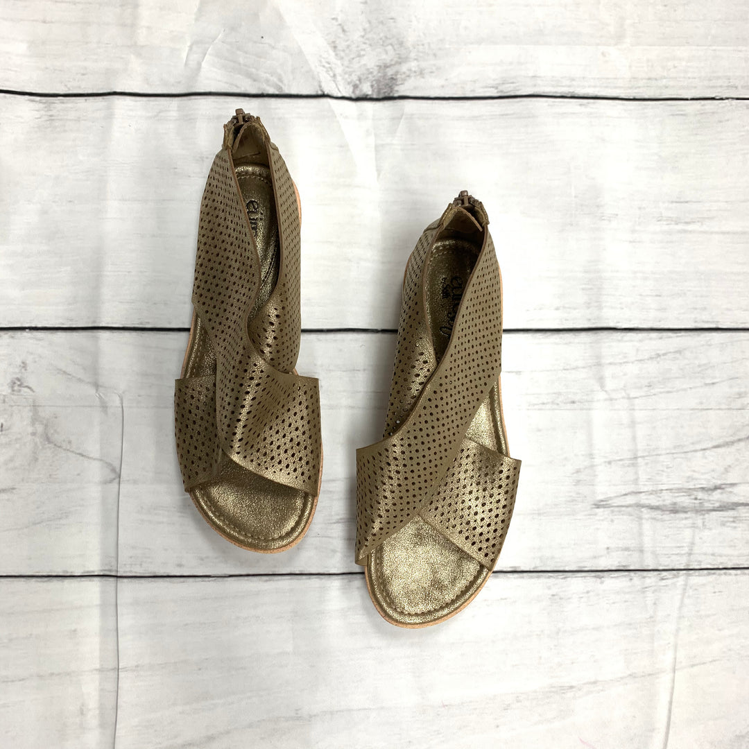 Primary Photo - BRAND: SOFFT <BR>STYLE: SANDALS FLAT <BR>COLOR: GOLD <BR>SIZE: 6 <BR>SKU: 190-190106-48168