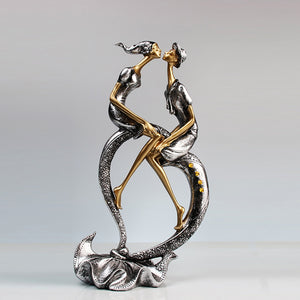 Elegant Kissing Couple Sculpture