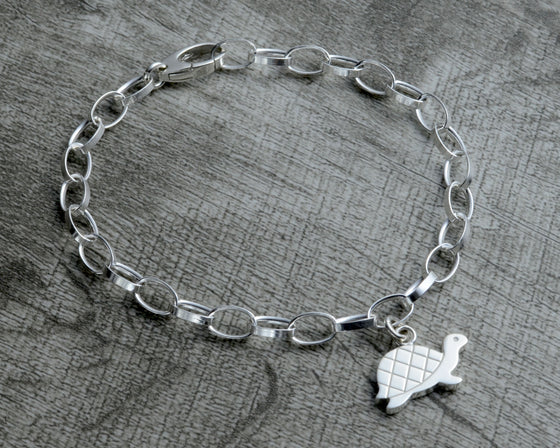 Turtle charm bracelet in sterling silver with clasp