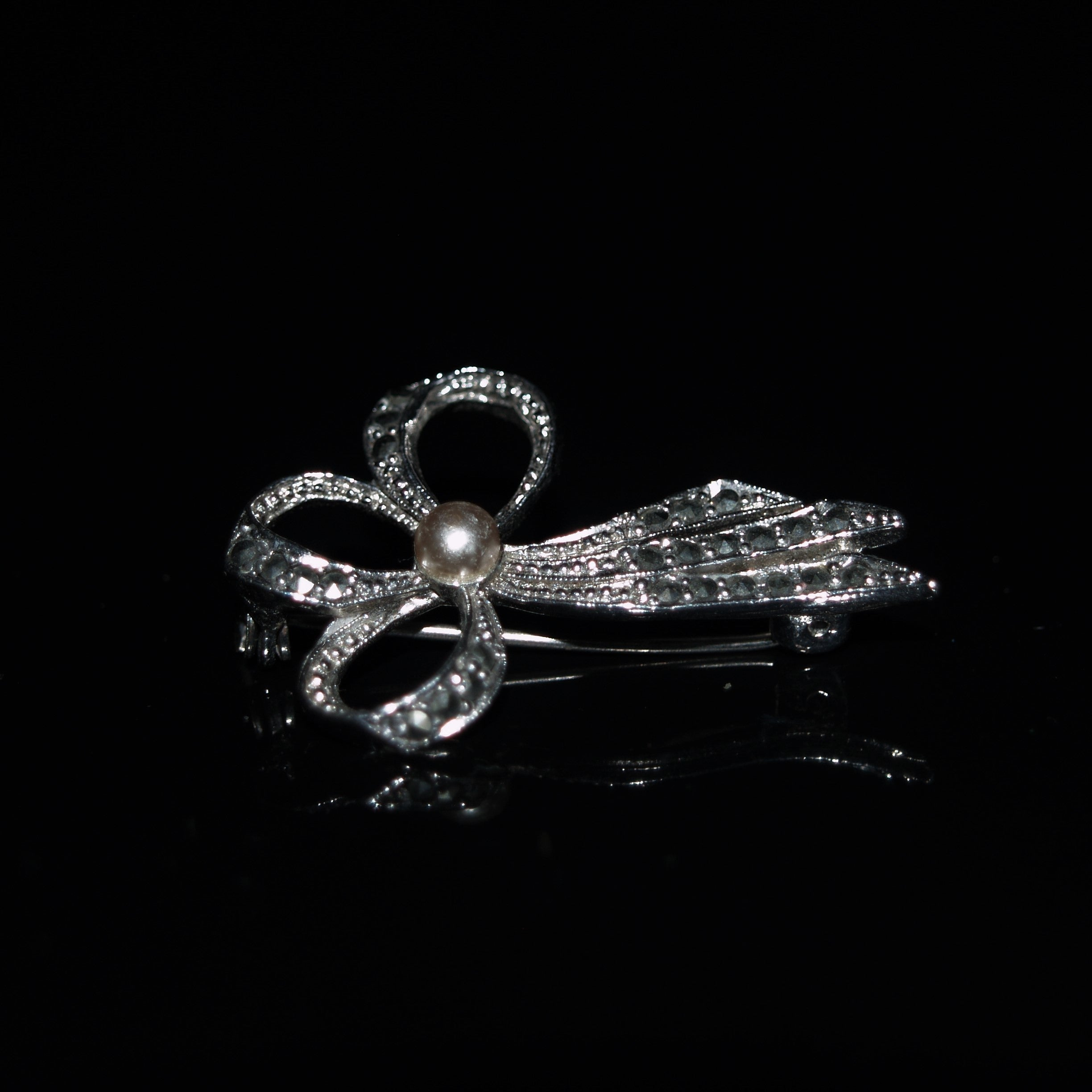 Retro Chrome Plated Marcasite & Faux Pearl Bow Brooch.