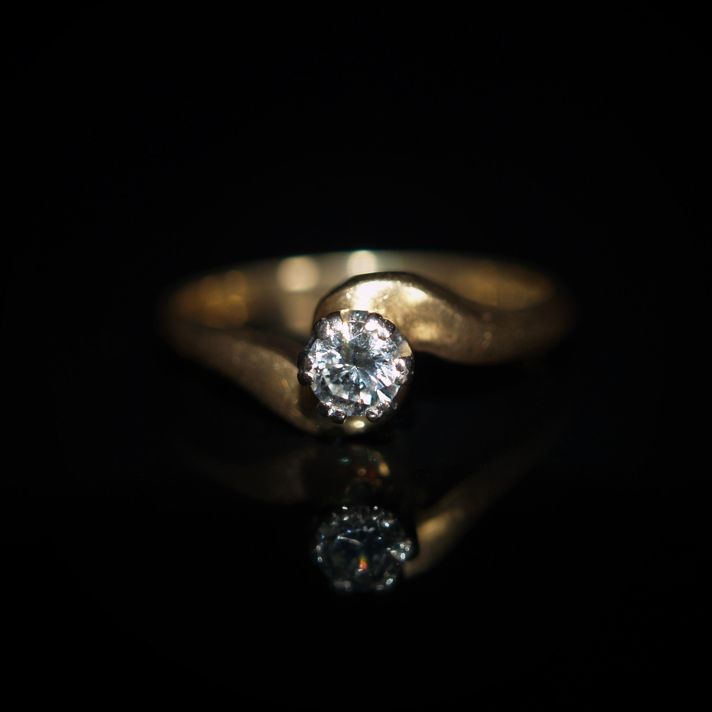 18ct Gold Solitaire Diamond Twist Ring.