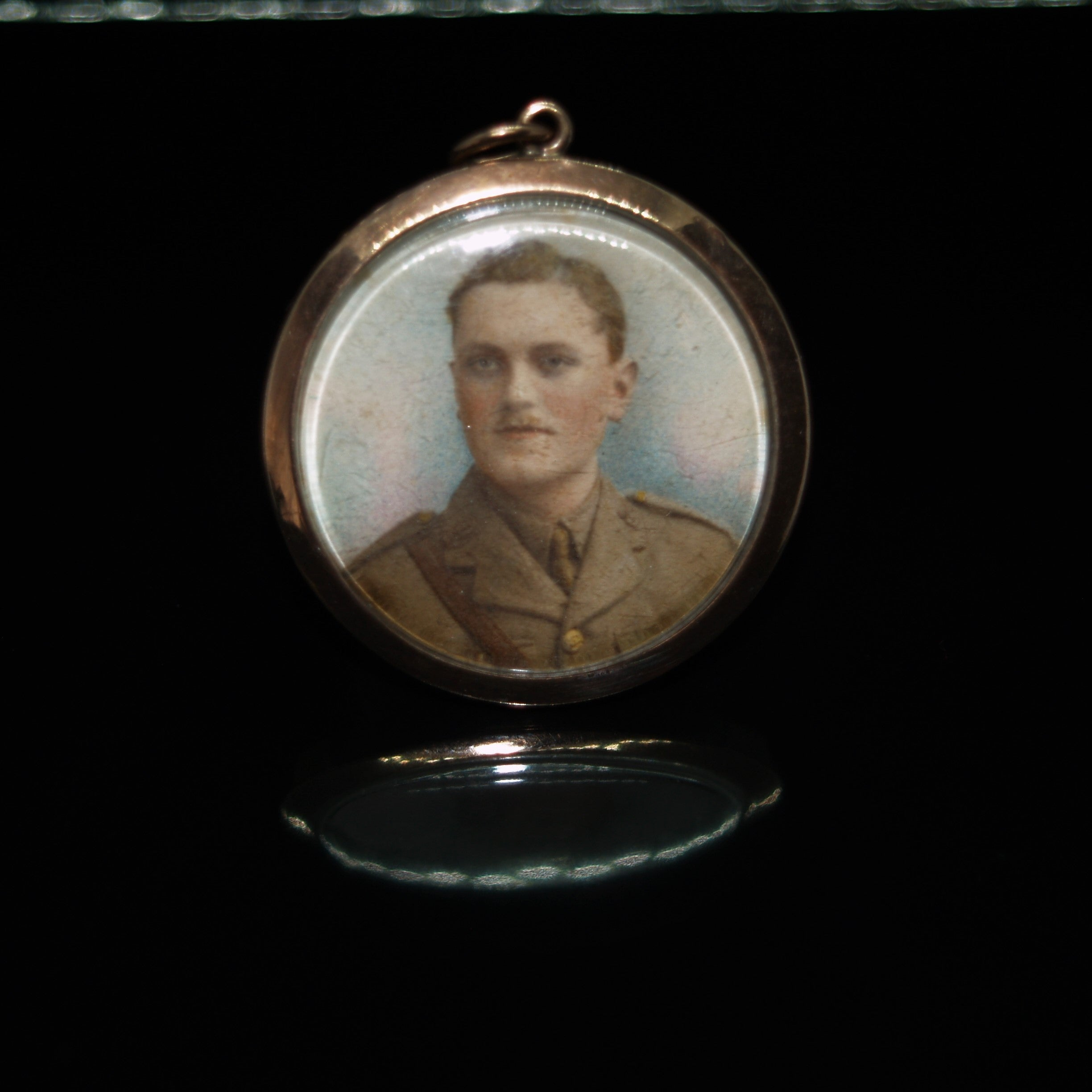 EARLY 20TH CENTURY 9CT GOLD HAND PAINTED MINIATURE PORTRAIT LOCKET.