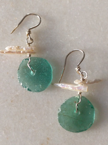 Ancient glass and stick pearl earrings (2 pearls)