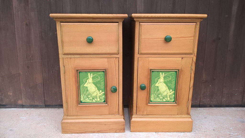 UNIQUE PAIR OF PINE BEDSIDE CABINETS - BEDSIDE TABLES