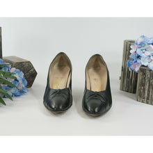 Load image into Gallery viewer, Salvatore Ferragamo Black Leather Bow Toe Shoes Heels 8 Narrow