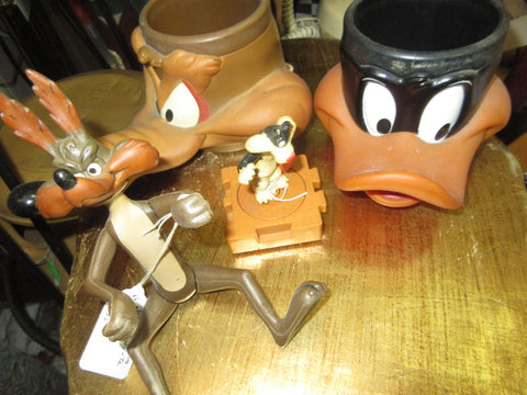 LOONEY TUNES! WARNER BROTHERS ITEMS PRICES INCLUDE SHIPPING AND HANDLING PREOWNED AS IS NO RETURNS