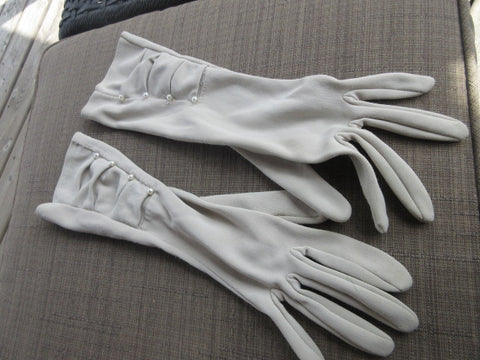 GLOVES, WHITE STRETCH FABRIC,SIZE 7 1/2 NYLON 4 DELICATE PEARLS AT WRIST,WRIST LENGTH GREAT COSTUME OR DRAMATIC COMPLIMENT TO AN EVENING! SHIPPING AND HANDLING INCLUDED