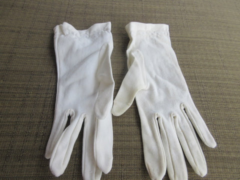 GLOVES, WHITE STRETCH FABRIC, WRIST LENGTH GREAT COSTUME OR DRAMATIC COMPLIMENT TO AN EVENING! SHIPPING AND HANDLING INCLUDED