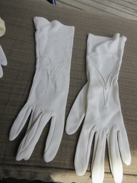 GLOVES, WHITE STRETCH FABRIC, DELICATE DESIGN AT WRIST,WRIST LENGTH GREAT COSTUME OR DRAMATIC COMPLIMENT TO AN EVENING! SHIPPING AND HANDLING INCLUDED