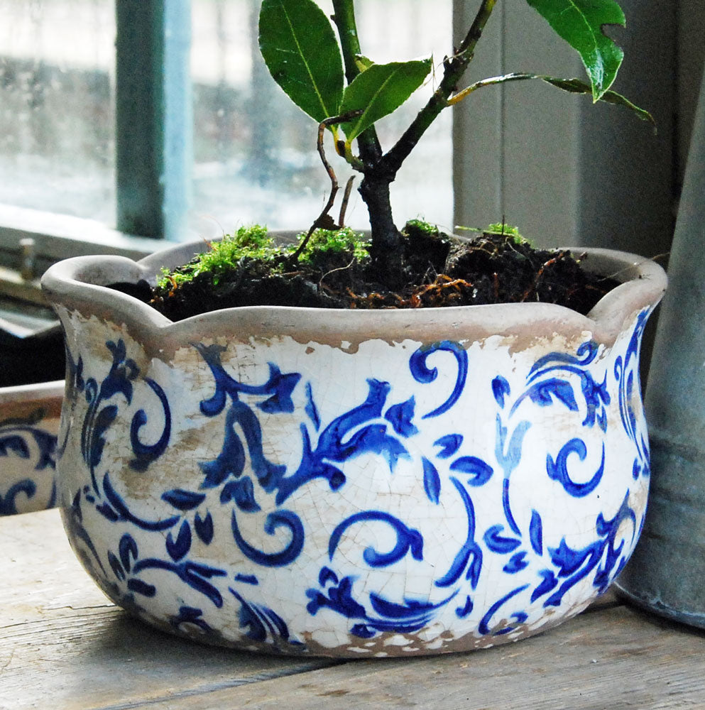 Small blue and white Hampton ceramic round scallop edged planter