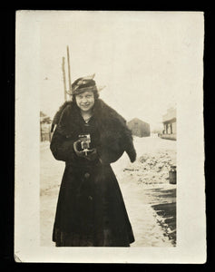 antique 1910s snapshot photo stylish woman holding camera / outdoor snow
