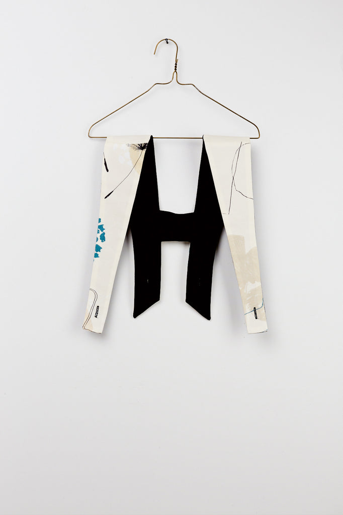 Reversible suspenders with one side printed and the other one black. Style by Hilda.Henri