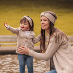 Lade das Bild in den Galerie-Viewer, TAUPE LOVER Mini Me Stirnband Strick Mama Kind Partnerlook Set Matching TAUPE LOVER Mini Me Cardigan Herbst