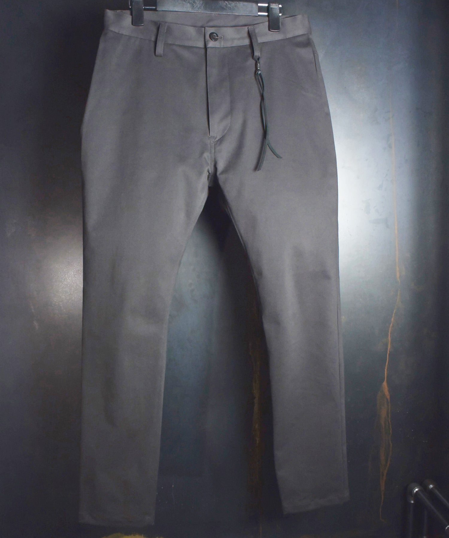 Load image into Gallery viewer, Chino Brushed Tapered Pants / Charcoal