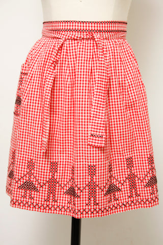 VINTAGE RED GINGHAM APRON WITH X STITCH PEOPLE