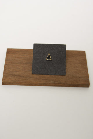 MOCIUN TRIANGLE SINGLE STUD, BLACK SPINEL