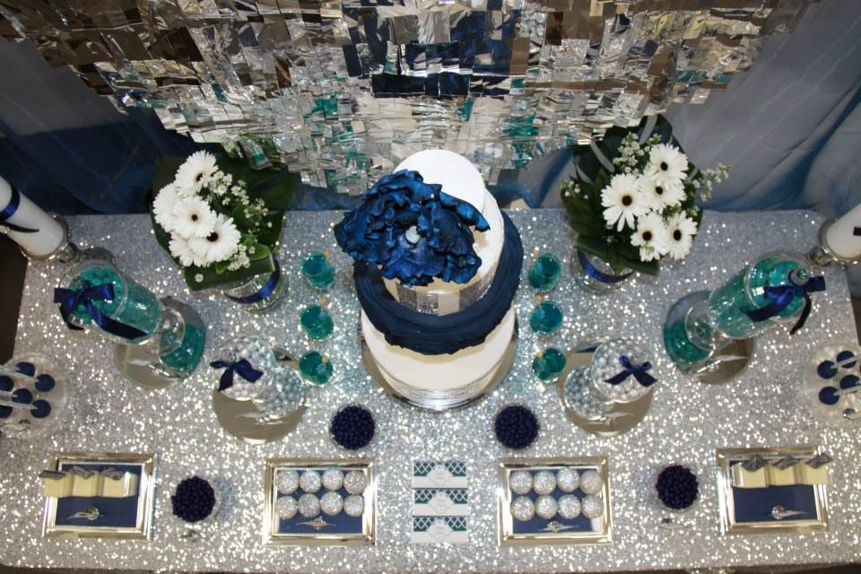 Peacock-themed-party-dessert-table