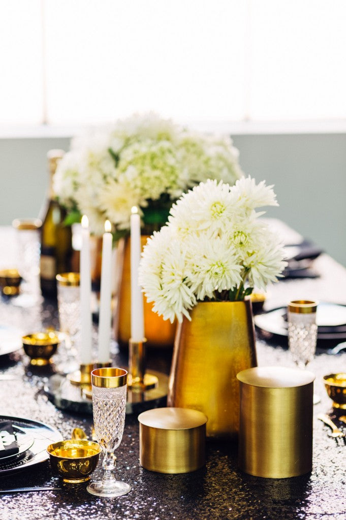 table-setting-black-gold-glitter-new-years-eve-party-shoot