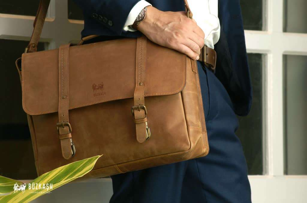 etoile the classic messenger bag in distressed brown