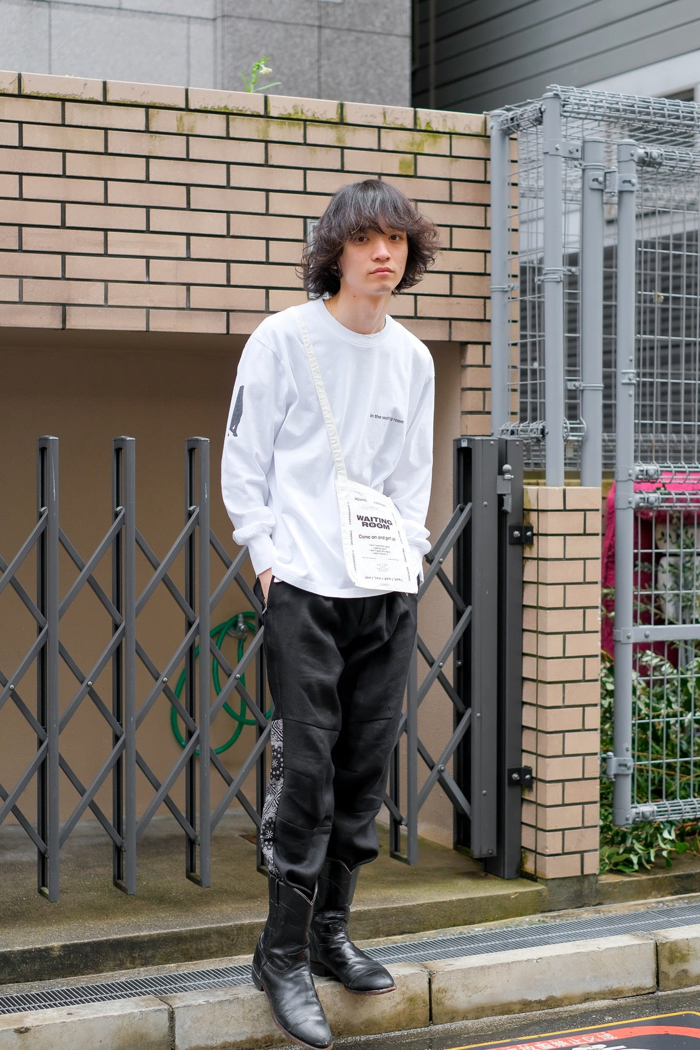 "SOEの21ssの""WAITING ROOM"" L/S Tee with Bagの着用画像"
