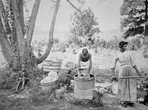 Women washing clothes during the slavery era. Origins and image author unknown.