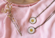 Load image into Gallery viewer, Preserved Daisy Necklace