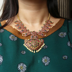 Ruby-Green paisley matte short necklace