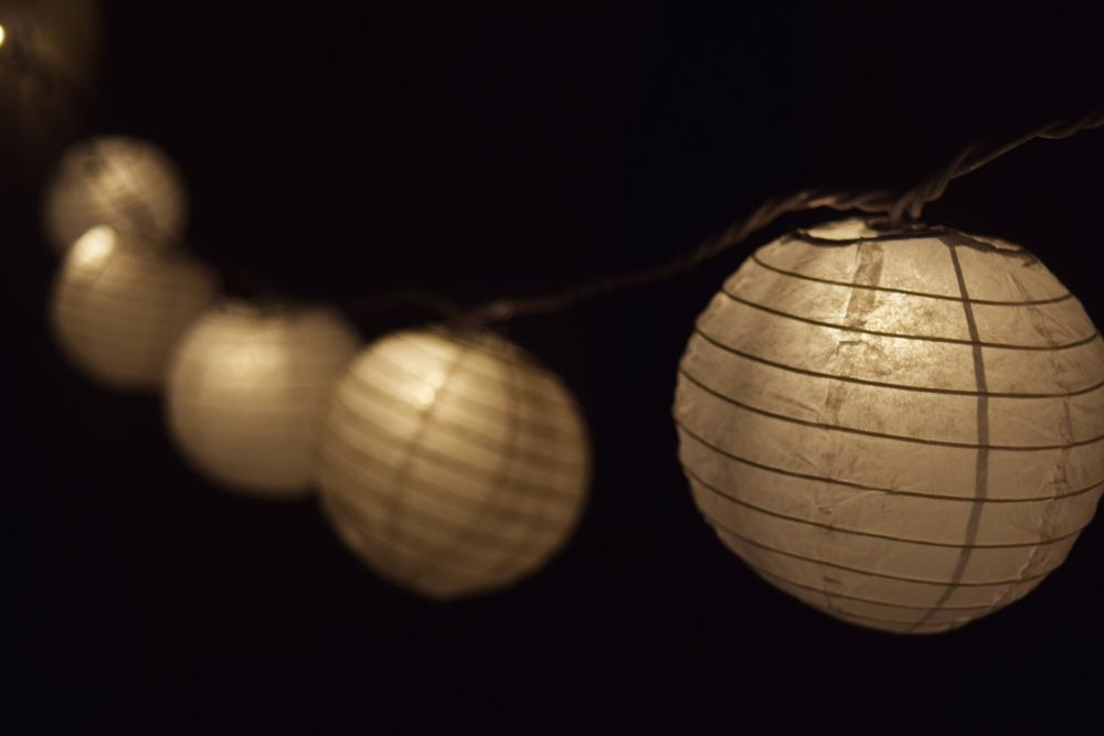 "4"" White Parallel Ribbing Round Paper Lantern (10 PACK) - Luna Bazaar - Discover. Decorate. Celebrate"