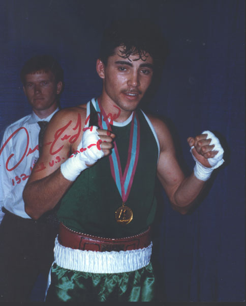 DE LA HOYA, OSCAR SIGNED OLYMPIC PHOTO (1992)