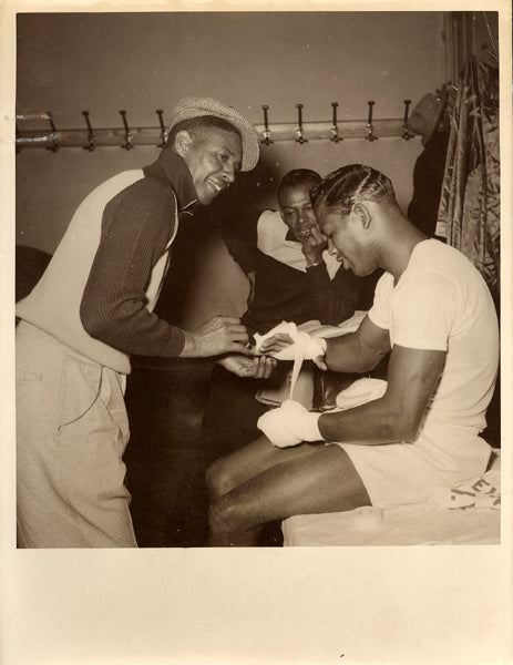ROBINSON, SUGAR RAY WIRE PHOTO (1951-GETTING HANDS WRAPPED)
